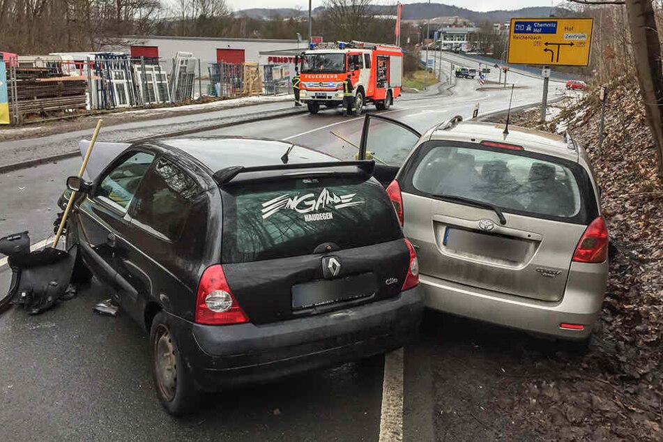 Der Renault war auf der nassen Straße in den Toyota gekracht.