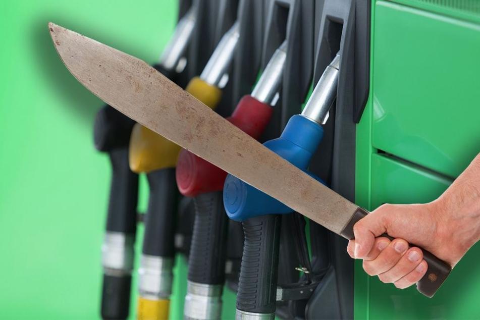 Mit einer Machete in der Hand bedrohten sie die Kassiererin der Oil Tankstelle. (Symbolbild)