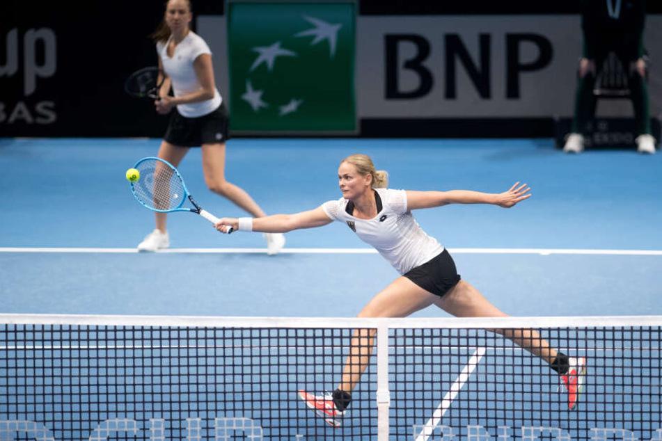 Deutschlands Anna-Lena Grönefeld (vorn) spielt mit ihrer Partnerin Mona Barthel im Doppel gegen Weißrusslands Asarenka und Marosawa.