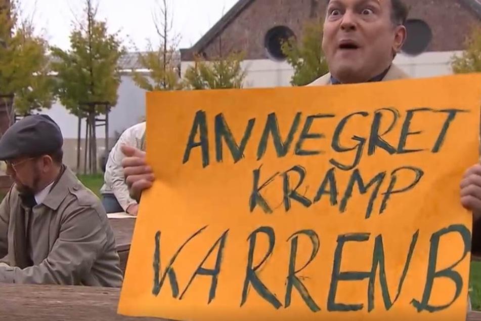 """Kramp-Karrenbauer muss weg"" - wäre ""zu lang auf Transparenten"", meint Dennis Knossalla."