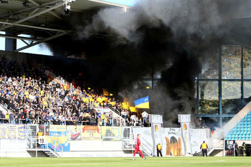 Schon im Chemnitzer Stadion sorgten einige Lok-Anhänger mit dem Abbrennen von Bengalos für Aufsehen. Auf der Rückfahrt wurde dann im Zug randaliert.