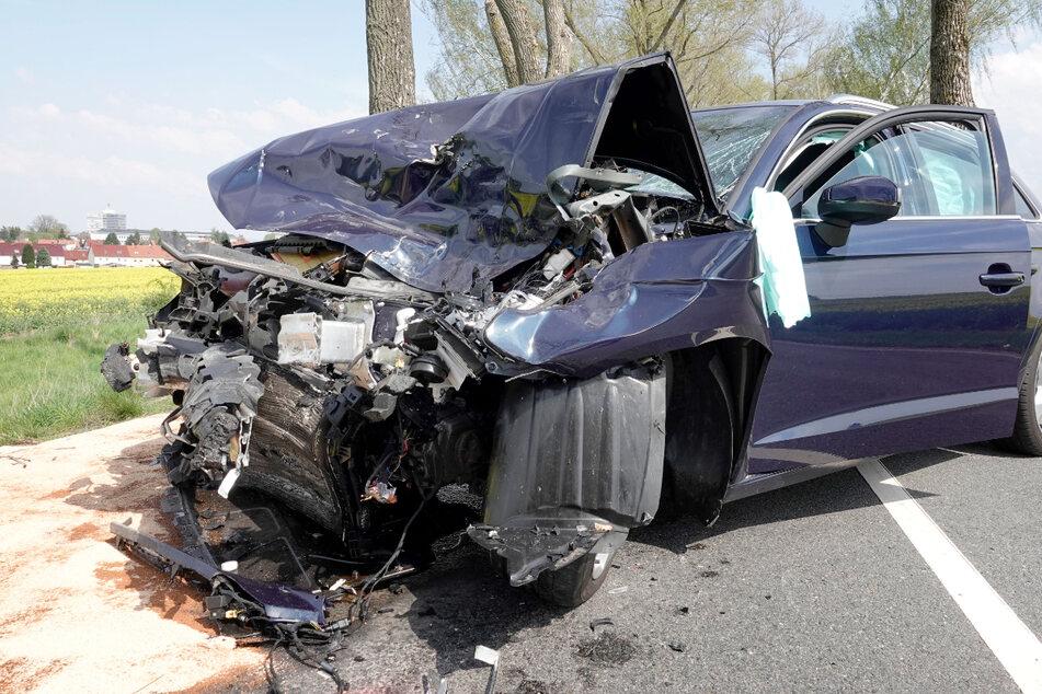 Audi kracht frontal in Lkw: Fahrer schwer verletzt
