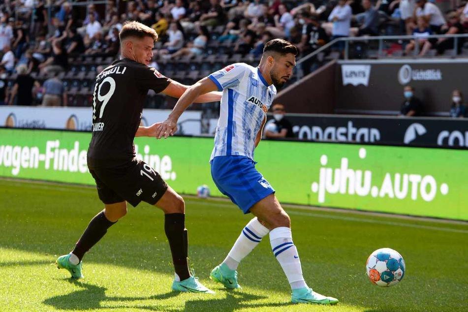 Herthas Suat Serdar behauptet gegen St. Paulis Luca Zander den Ball.