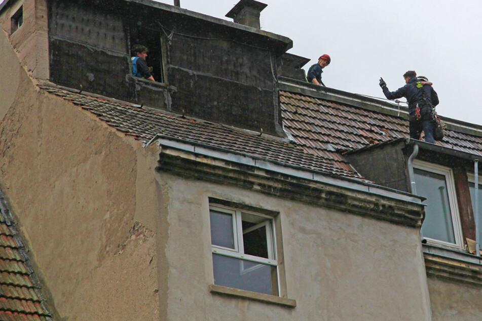 Junge steigt auf Dach und ist dem Absturz nahe: Feuerwehr verausgabt sich