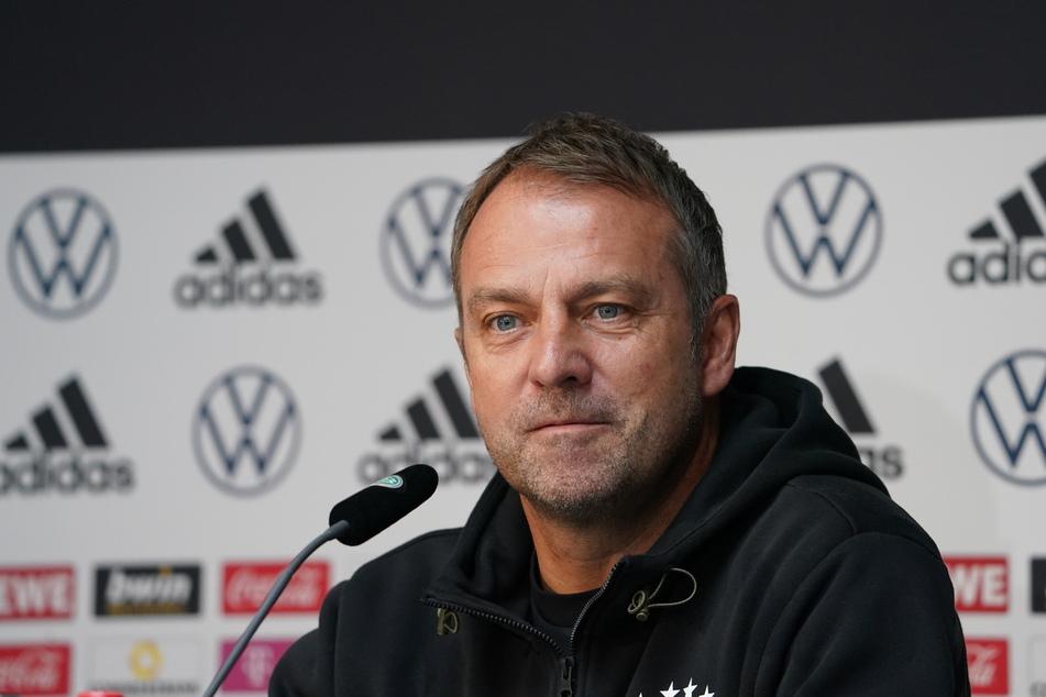 Kurz vor Abflug nach Nordmazedonien: Auf einer Pressekonferenz in Hamburg beantwortete Bundestrainer Hansi Flick (56) die Fragen der Journalisten.