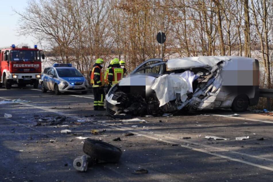 Todes-Drama auf Bundesstraße: Sprinter-Fahrer kommt in Gegenverkehr und prallt gegen Lkw