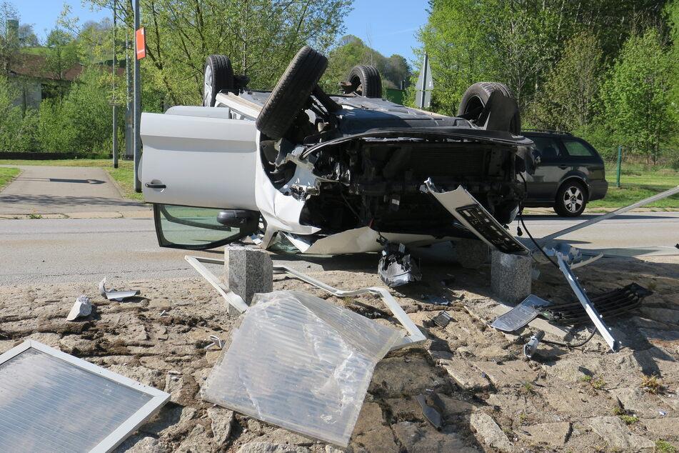 Am Donnerstagnachmittag krachte eine VW-Fahrerin in Schwarzenberg gegen die Granitpfosten am Straßenrand. Dabei überschlug sich ihr Auto.