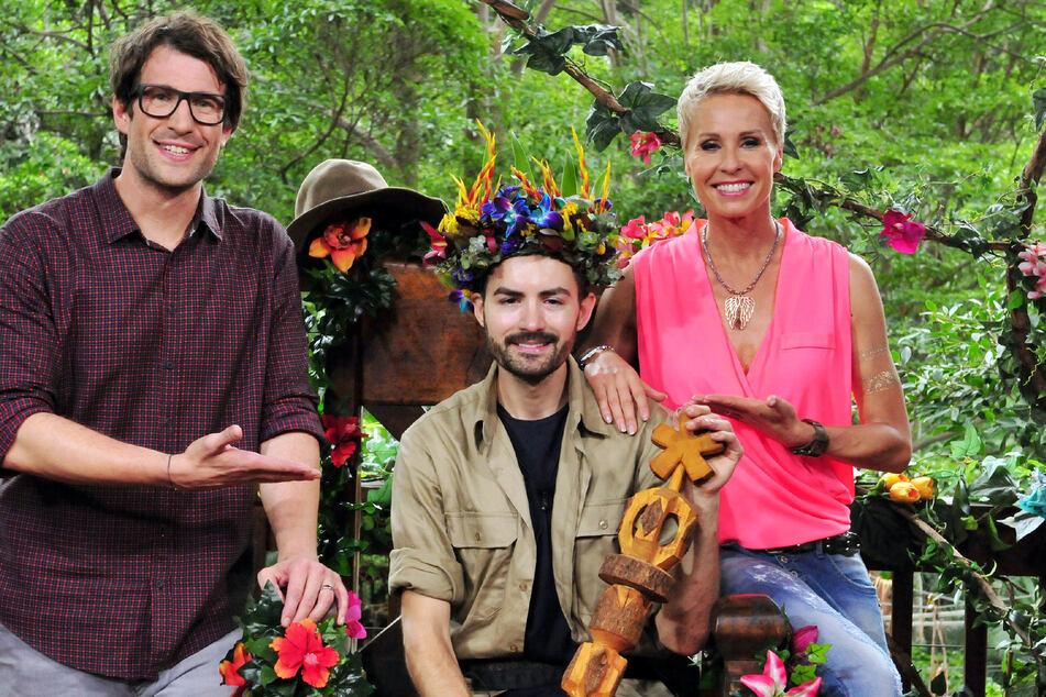 Menderes als Dschungelkönig 2016 mit dem Moderationsduo Daniel Hartwich und Sonja Zietlow.