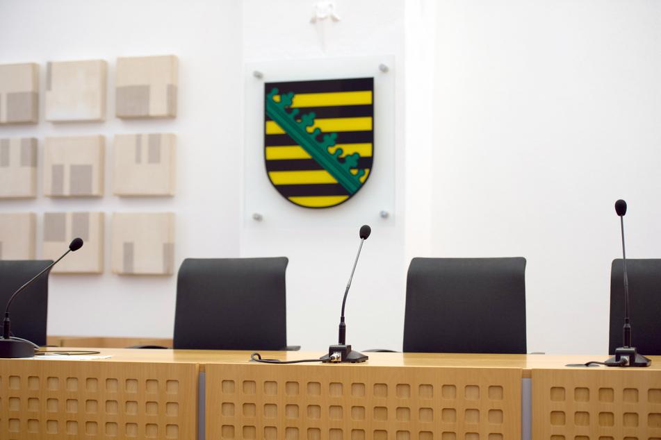 Bautzen: Ein Landeswappen des Freistaates Sachsen hängt in einem Gerichtssaal im Sächsischen Oberverwaltungsgericht.
