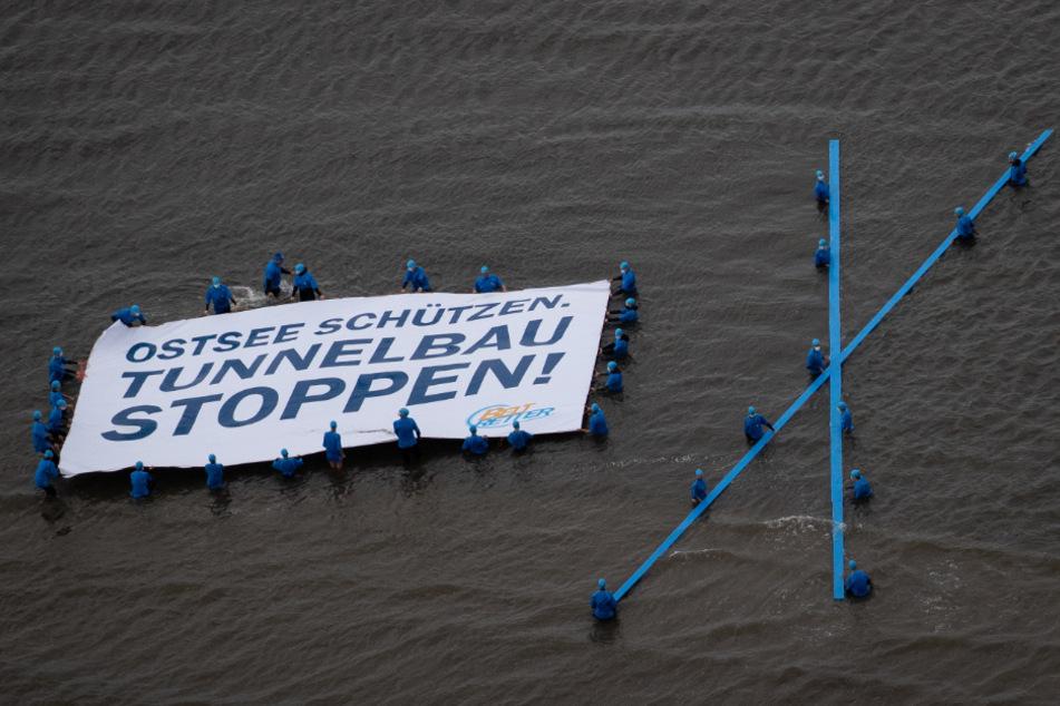Umweltschützer protestieren in der Ostsee gegen den geplanten Tunnel.