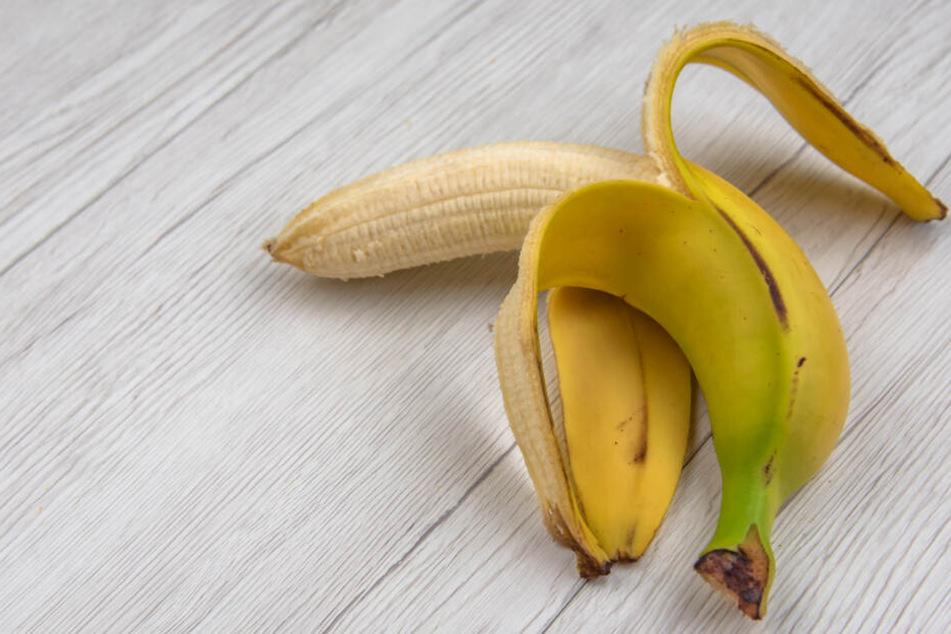 Ein Künstler hat auf einer Kunstausstellung auf eine 120.000 Dollar teure Banane verspeist.