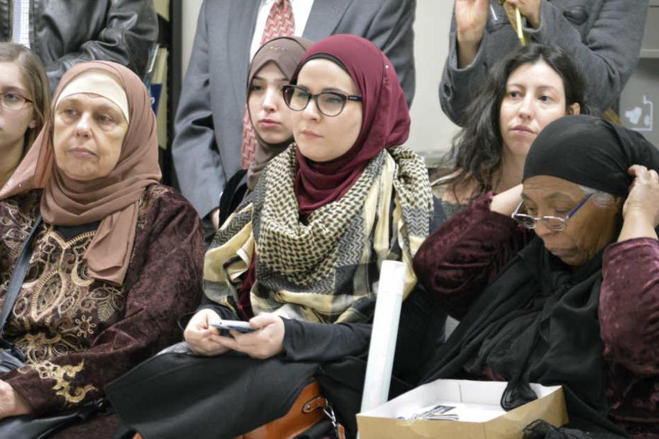 Muslimische Frauen im Islamischen Zentrum in Albuquerque auf einer Pressekonferenz, auf der Aktivisten das Dekret Trumps anprangern.
