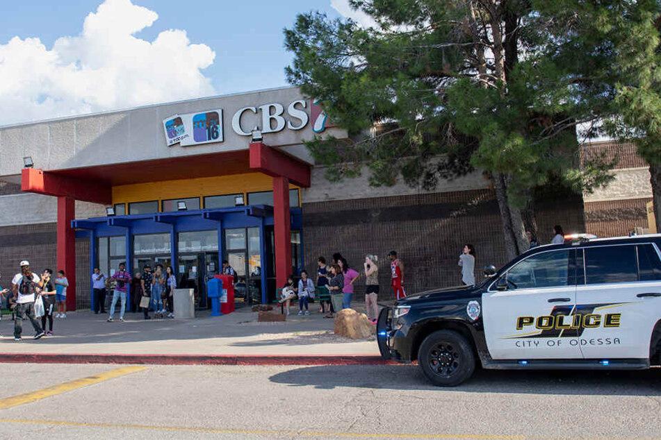 Die Polizei steht vor der Music City Mall