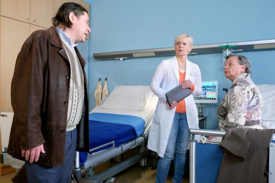 Irgendwie kommt Dr. Kathrin Globisch (M.) der Sohn (l.) ihrer Patientin Marlies Böhmer bekannt vor. Plötzlich erinnert sie sich: Er hatte die Ärztin vergewaltigt!
