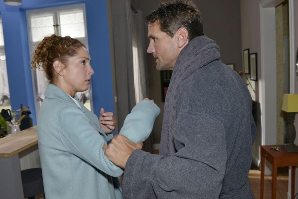 Nach einem verlorenen Spiel gegen Familie Seefeld wird Martin (Oliver Franck) handgreiflich.
