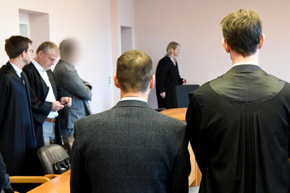 Die Manager von Sig Sauer (3. und 4. von links) stehen vor dem Kieler Landgericht.