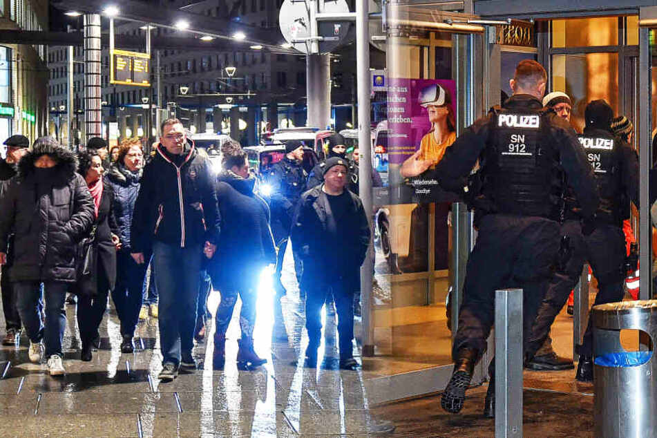 Warum schickte die Polizei Demonstranten ins Center?