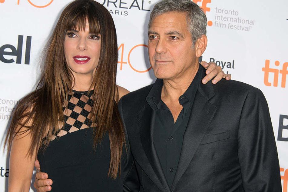 Sandra Bullock spielt Debbie Ocean, der Schwester von Danny Ocean. Den spielte von 2001 bis 2007 George Clooney.