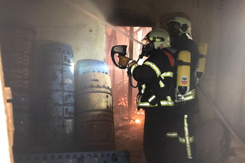 Die Kameraden der Feuerwehr kamen zunächst nur teilweise in das brennende Gebäude.