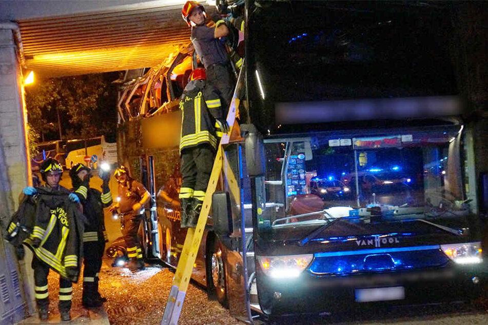 Der Bus war unter einer Unterführung stecken geblieben. Dabei wurde das Dach rasiert.