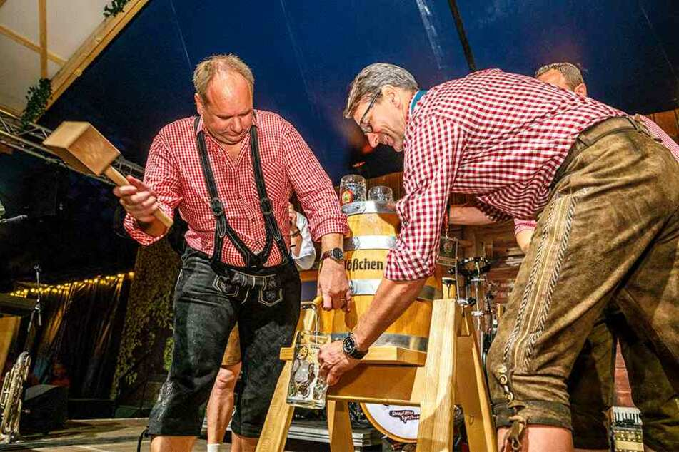 Drei Schläge brauchte OB Dirk Hilbert (46, l.), dann konnte Feldschlößchen-Chef Mike Gärtner (51) das erste Bier in den Maßkrug füllen.