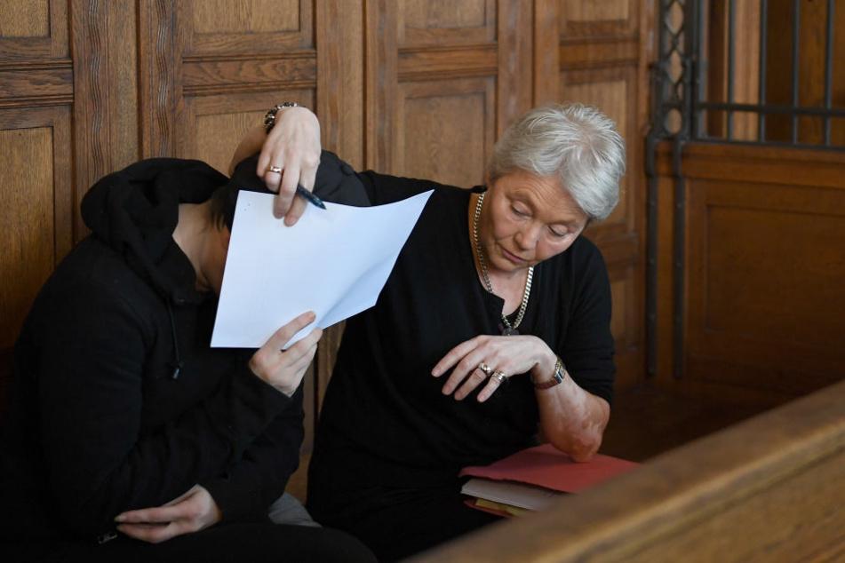 Die Angeklagte Nadine B. (l) hat gestanden, ihren Sohn sexuell missbraucht zu haben.