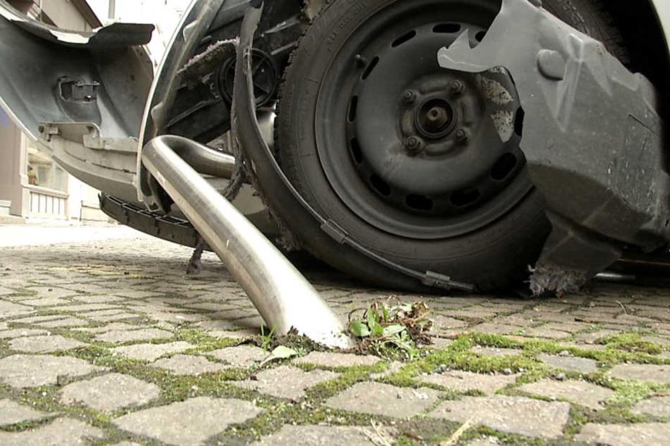 Der Ford Ka wurde vom Fahrradbügel auf dem Gehweg aufgespießt.