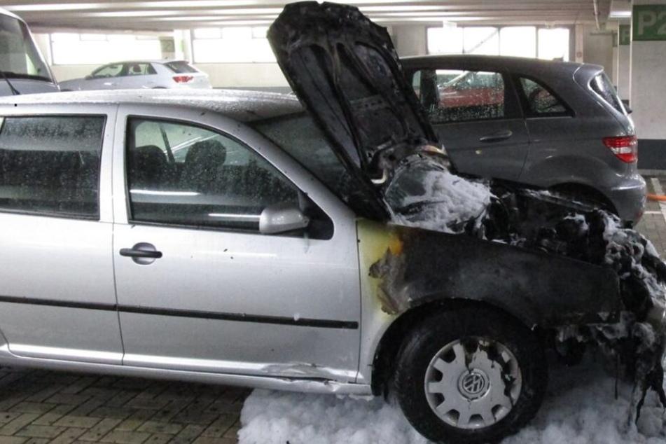 Der Motorraum des VW Golf brannte komplett aus.
