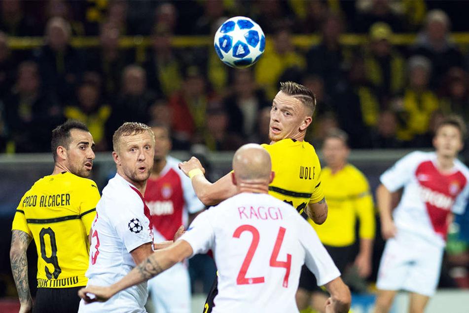 Den Ball fest im Blick: Fasziniert starren die BVB-Spieler Marius Wolf (r.) und Paco Alcacer (l.) sowie Monacos Andrea Raggi (M.) und Kamil Glik (2.v.l.) dem Spielgerät hinterher.