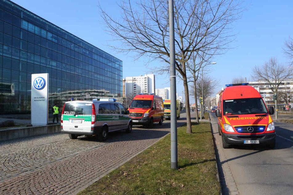 Mehrere Einsatzwagen vor der VW-Manufaktur.