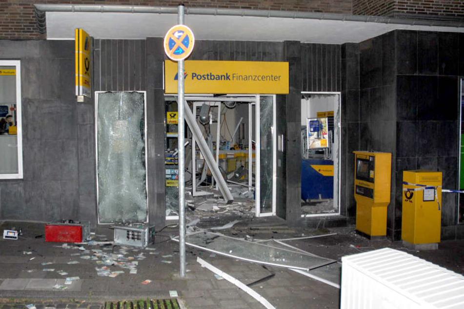 Heftiger Knall: Diebe sprengen Geldautomat mitten in Aachener Altstadt
