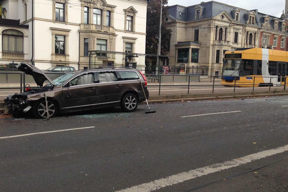 Auf der Karl-Tauchnitz-Straße blieb der Wagen endlich stehen. Die Straße war von Glasscherben übersät.