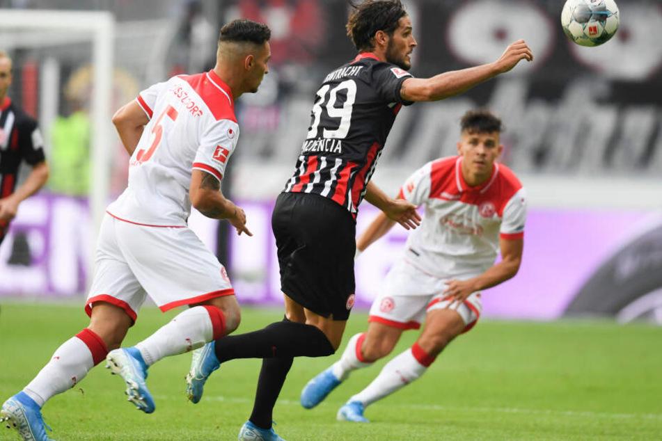 Jagte dem Ball in der Anfangsphase meist vergeblich hinterher: Eintracht-Stürmer Goncalo Paciencia (Mi.).