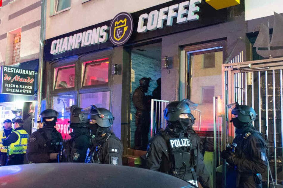 """Die Polizei durchsuchte das als Rocker-Treffpunkt bekannte Lokal """"Champions Coffee""""."""