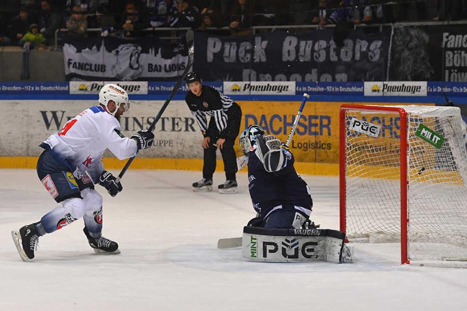 Eislöwen-Goalie Marco Eisenhut wird hier von Heilbronns Kevin Lavallee vernascht. Dies soll ihm am heutigen Freitag nicht passieren.