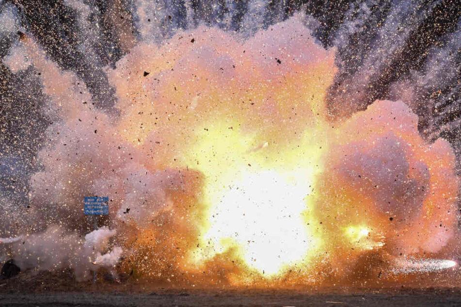 Auf eine Sprengplatz werden Böller aus dem Ausland kontrolliert gesprengt. (Symbolbild)