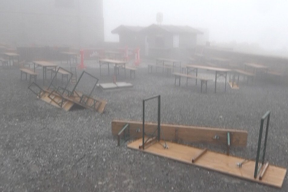Was auf dem Brocken nicht niet- und nagelfest war, wurde vorm starken Sturm umgerissen.