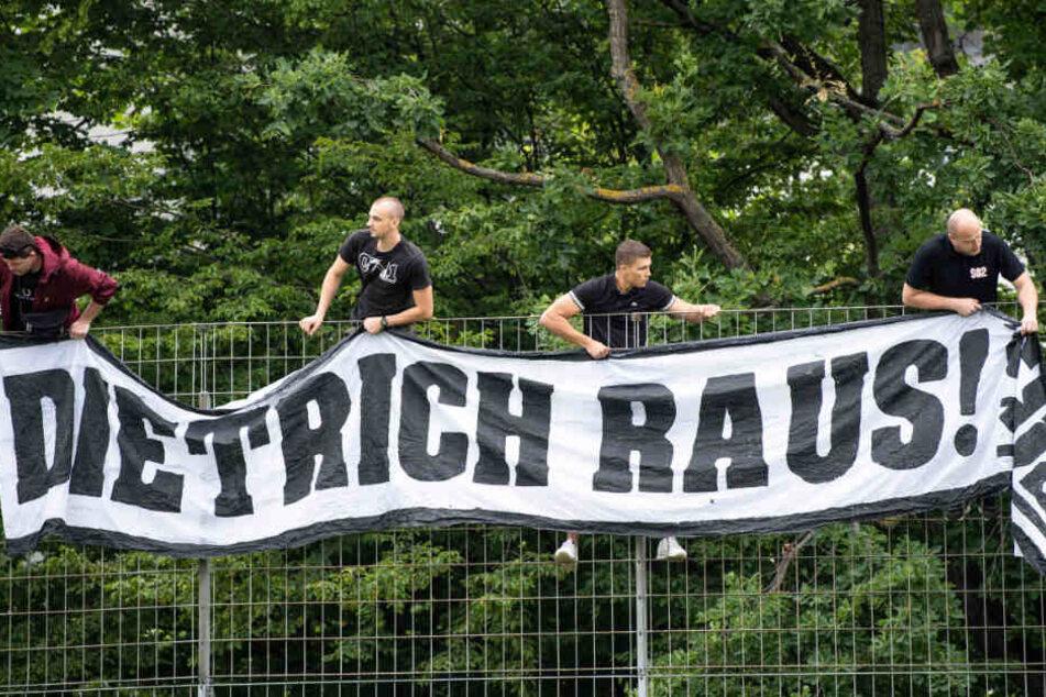 """Trainingsauftakt VfB Stuttgart: Stuttgarter Fans hängen im Robert-Schlienz-Stadion ein Transparent mit der Aufschrift """"Dietrich raus!"""" auf."""