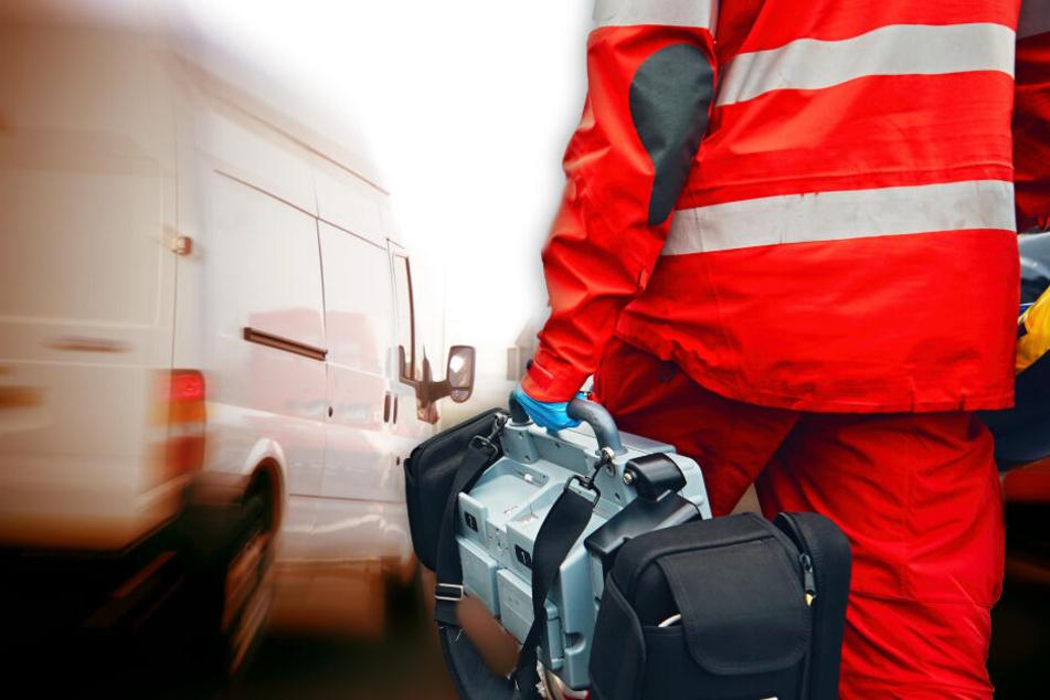 Personen eingeklemmt: Sechs Verletzte nach heftigem Transporter-Crash auf Landstraße
