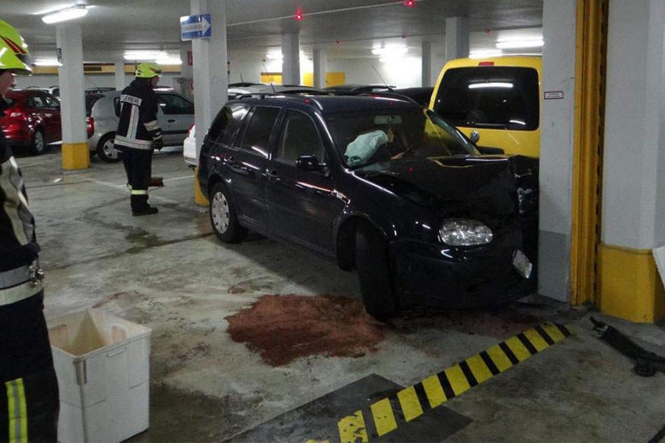 Die Feuerwehr fand den VW, der gegen eine Wand gefahren war, in der Tiefgarage vor. Vom Fahrer fehlte aber jede Spur.