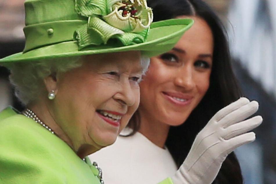 Im Palast wird gemunkelt, dass Queen Elizabeth (l.) am liebsten gar nicht mehr auf die Sussex's angesprochen werden möchte.