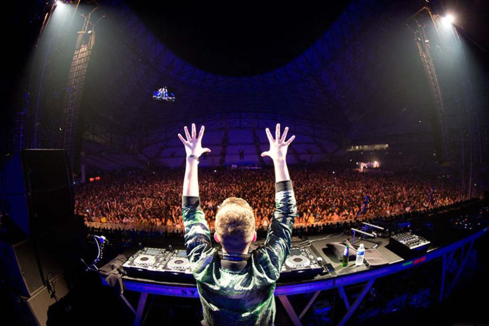 Der DJ hat die Massen im Griff.