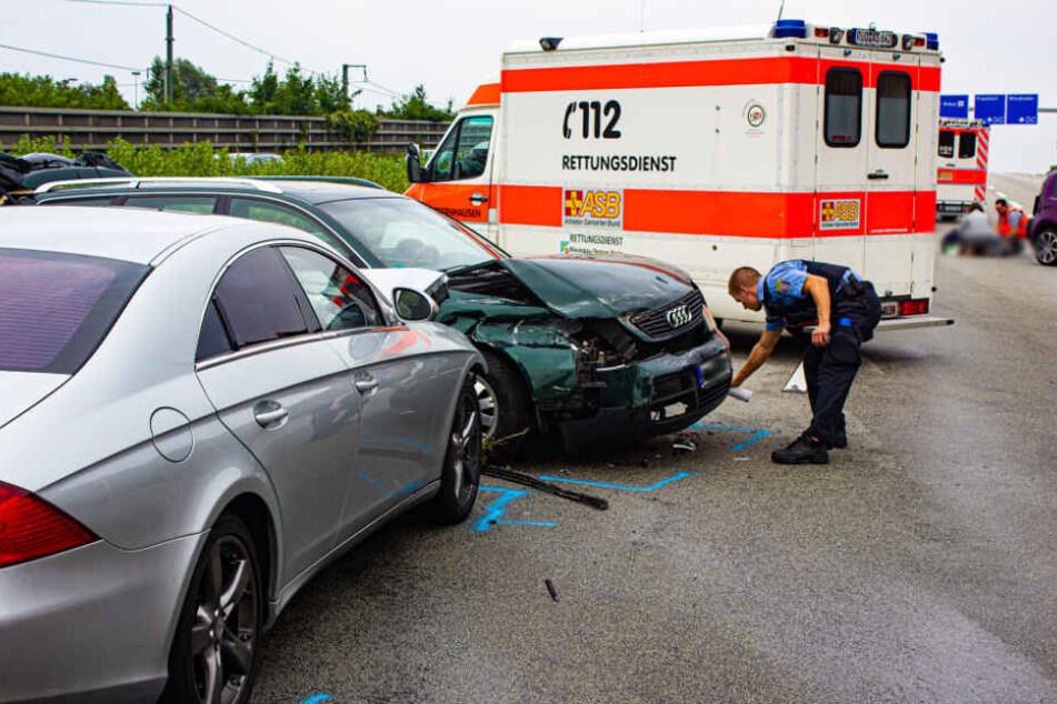 Ein Polizist markiert nach dem Unfall den Standort der Wagen.