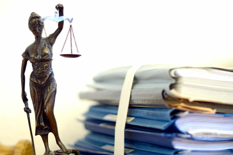 Mutter soll ihren Sohn sexuell missbraucht haben und steht nun vor Gericht. (Symbolbild)