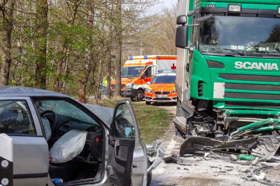 Ein Opel-Fahrer ist auf die Gegenfahrbahn gekommen und mit einem Lkw kollidiert.