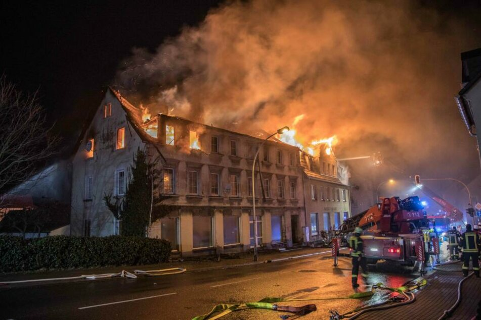 Am späten Montagabend brannte in Brand-Erbisdorf ein dreistöckiges Mehrfamilienhaus lichterloh.