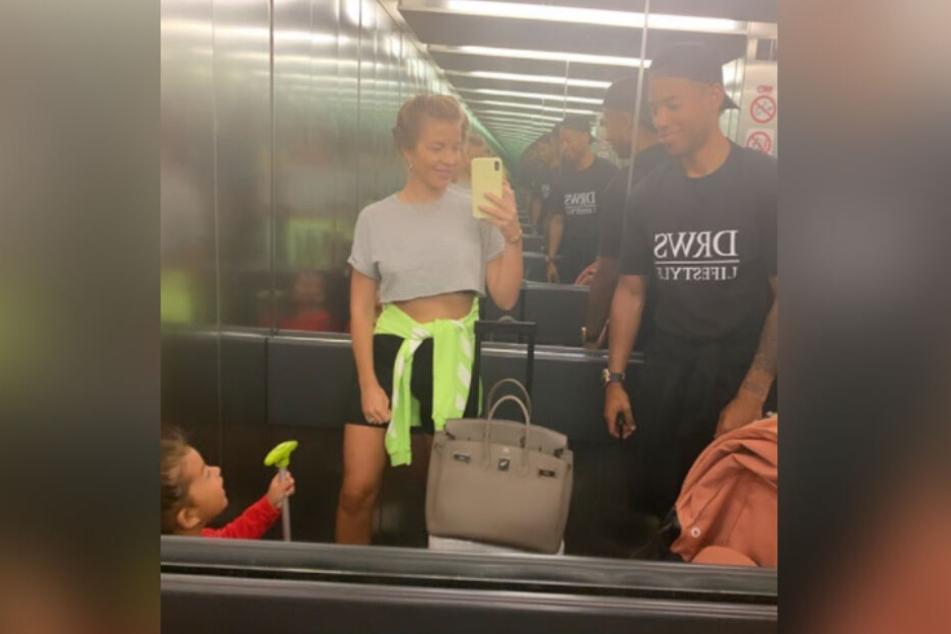 Spiegel-Selfie muss sein: Familie Aogo in Berlin.