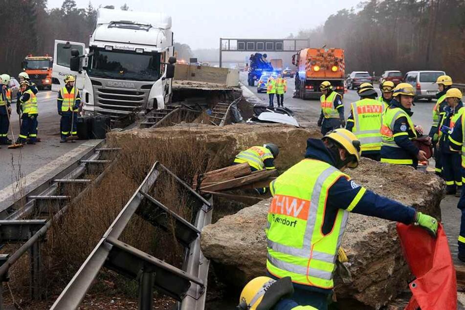 Einsatzkräfte arbeiten am Mittwoch an einer Unfallstelle auf der Autobahn 3 bei Nürnberg (Bayern). Ein mit Felsbrocken beladener Lkw war zwischen den Anschlussstellen Nürnberg-Nord und Behringersdorf verunglückt und hatte die Mittelleitplanke durchbrochen