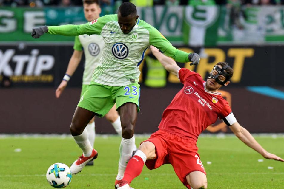 Wolfsburgs Josuha Guilavogui (l) und Stuttgarts Christian Gentner kämpfen um den Ball.