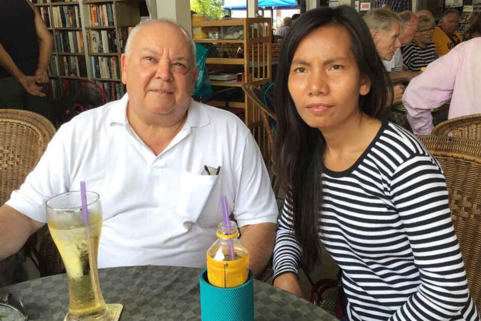 Claus-Peter Lippert sitzt mit seiner Freundin Naree Konram an einem Tisch.